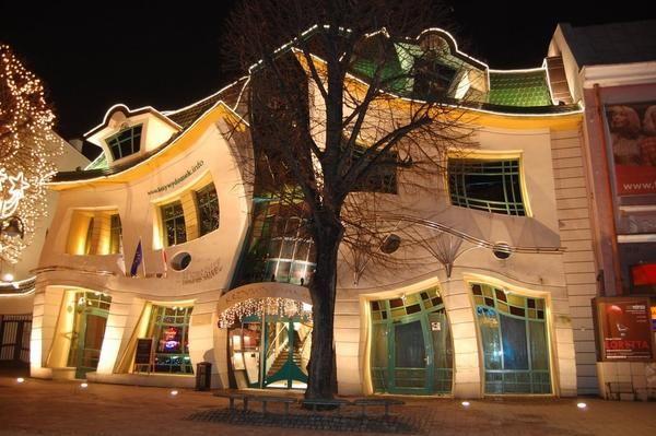 Кривий будинок в місті Сопот (Польща) ночьюФото Яндекс пошук