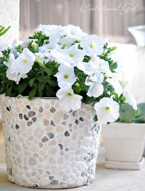 Кашпо для квітів, прикрашене галькою