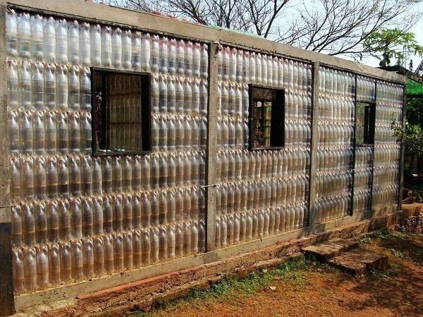 теплиця з пластикових пляшок, фото з сайту geteasycraftideas.blogspot.com