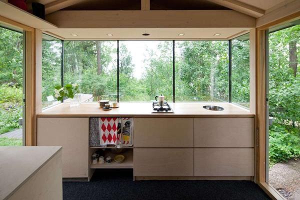 Кухня в будиночку в лісі