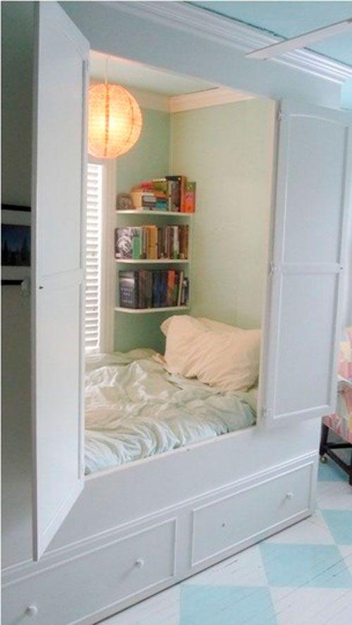 Ліжко-шафа в дизайні дитячої кімнаті в вітальні