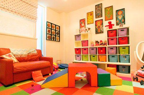 Стелажі для дитячої в вітальні