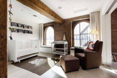 Дитяча зона в вітальні, виділена за допомогою стельових балок і кольору меблів і підлоги