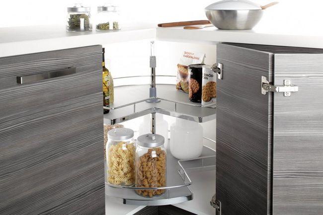 Поворотний модуль на кухні в кутовій секції
