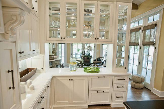 Прозорі дверцята гарнітура на кухні