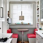 Розташування столика у вузькій кухні біля вікна