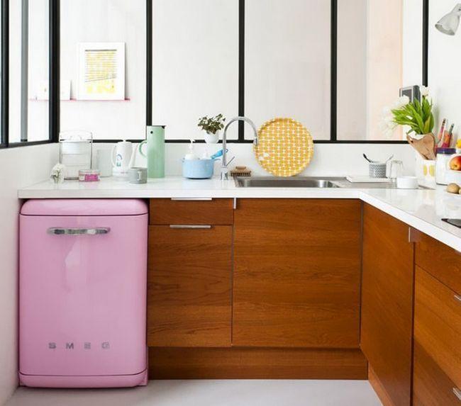 Маленький холодильник на кухні