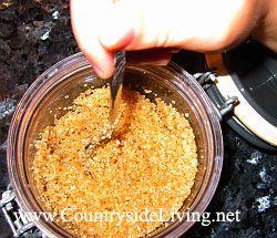 Домашній цукровий скраб з коричневого цукру. Дочка змішує цукор з маслом