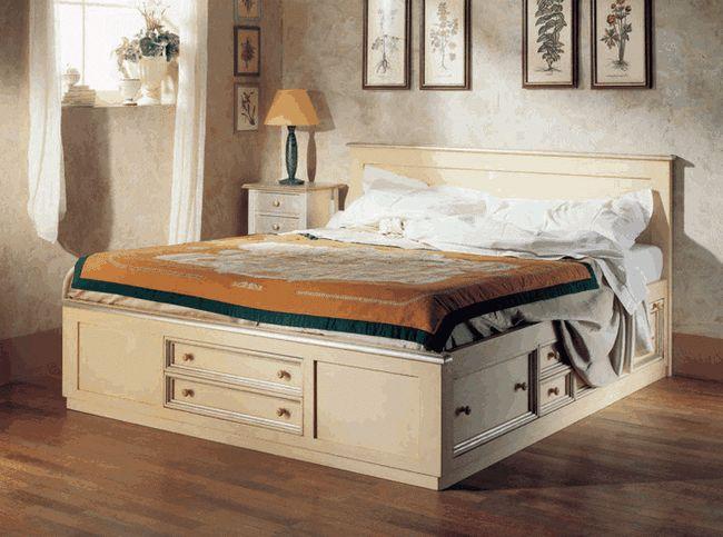 Масивна конструкція ліжка з ящиками