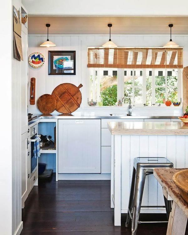 Біла кухня в заміському будинку, дизайн інтер`єру