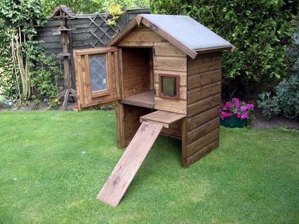 Високий дерев`яний будиночок для кішок, фото з сайту http://woodenart.org.uk