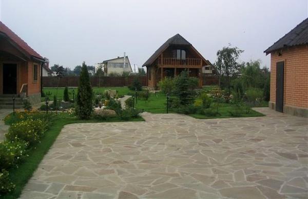 Стоянка з кам`яним покриттям. Фото з сайту italetta.ru