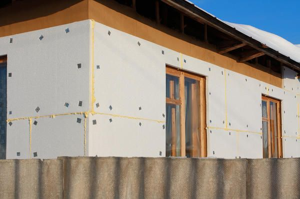 Для максимального ефекту потрібно нанести утеплювач на всі стіни будівлі, не забути захистити підлоги та покрівлю.