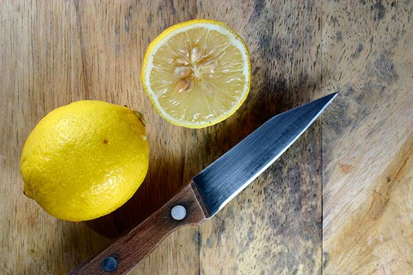 З розрізаного лимона дістати кісточки