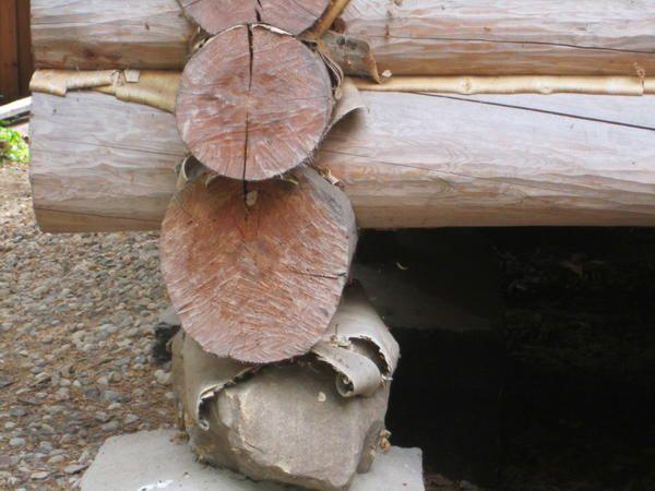 Приклад виконання фундаменту для дерев`яного будинку. Зауважте, кам`яна і дерев`яні частини розділені між собою непропускающей вологу корою