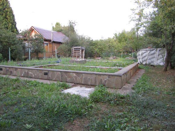На цьому стрічковому фундаменті ще недавно стояв будинок