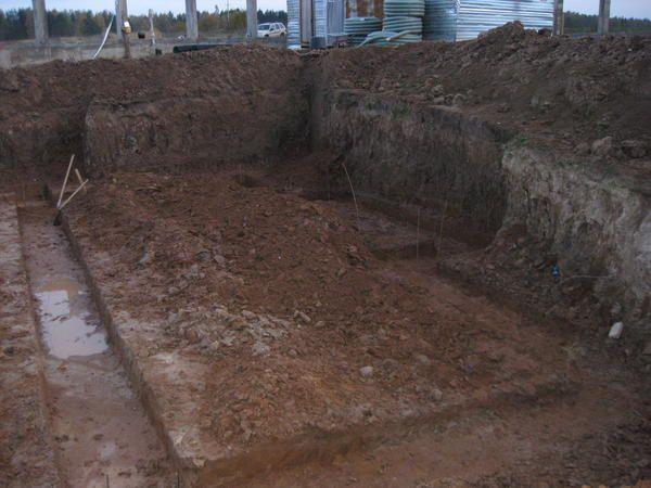 Котлован під плитний фундамент з підвалом