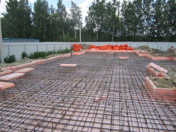 Перед заливкою бетонної сумішшю плита повинна бути армована сталевими прутами