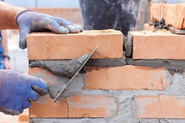 Постійно перевіряйте рівність кладки будівельним рівнем