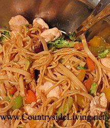 Страви з брокколі. Китайська локшина з куркою і овочами в воке (stir-fry)