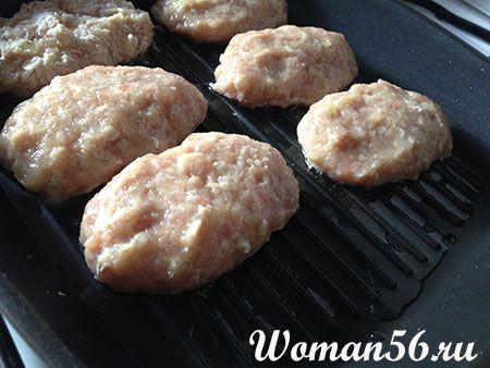 Котлети з курячого фаршу на сковороді - гриль