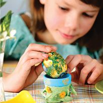 Фарбуємо яйця до Великодня з дітьми: перекладні картинки і розпис