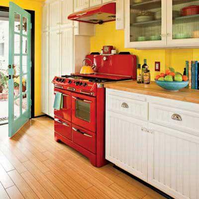 Яскрава кухня в стилі котедж