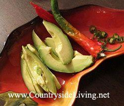 Мексиканський квасолевий суп з авокадо, перцем чилі і кукурудзяними чіпсами