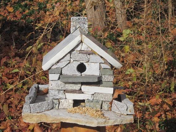 Будиночок для птахів з імітацією кам`яної кладки