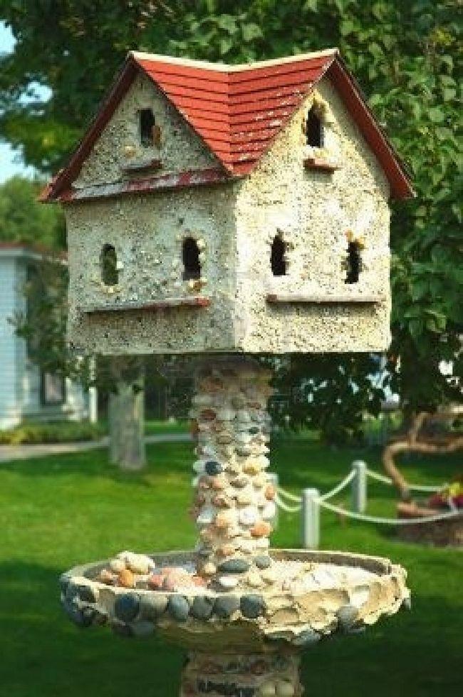 Пташиний будиночок на високій ніжці