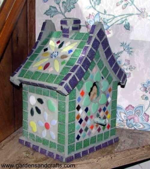 Пташиний будиночок, прикрашений мозаїкою