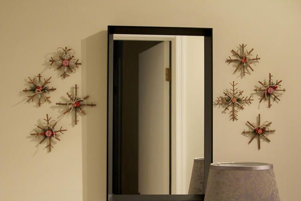 Настінний декор з дерев`яних сніжинок. Фото з сайту http://littlethingsbringsmiles.com