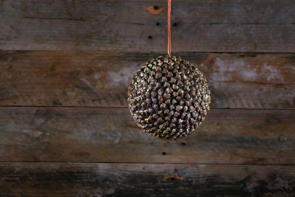 Ялинкову кульку із соснових шишок