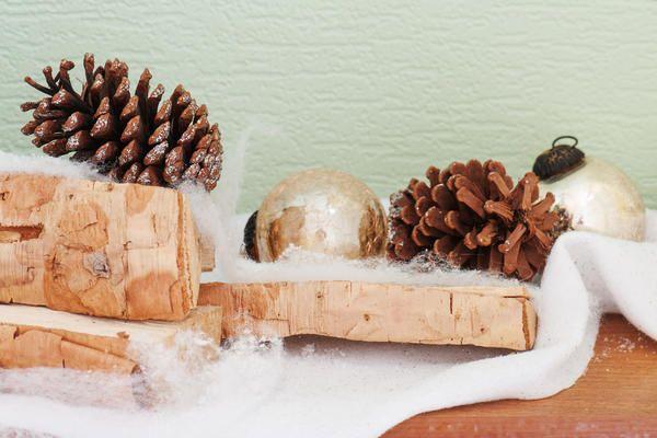 Колоди і поліна, гілки, шишки і навіть кора легко можуть подарувати святковий настрій