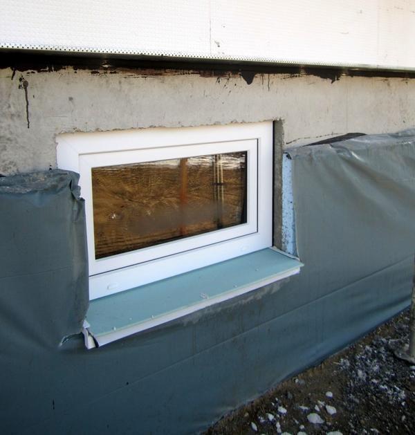 Довгасте вікно цокольного поверху
