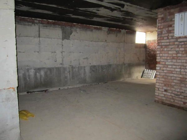 Зовнішні стіни підвалу споруджені з фундаментних блоків