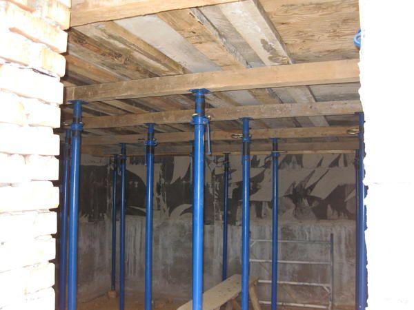 Тимчасові стійки підтримують монолітне надпідвальне перекриття до нормативного твердіння бетону