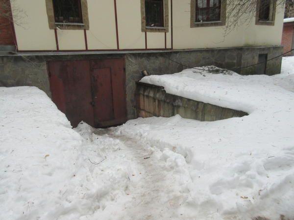 Чимало збирається снігу на гаражному пандусі