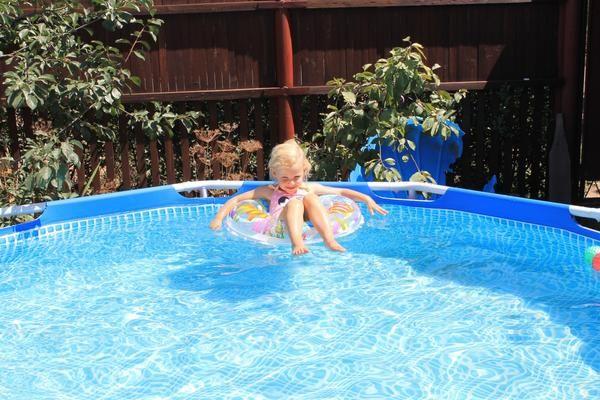 Освітлюється воду в басейні