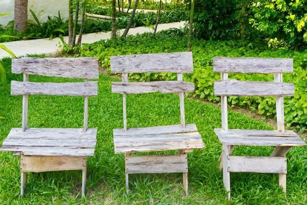 Три дерев`яних стільця