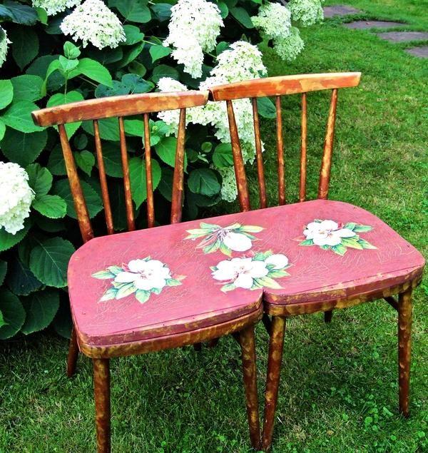 Ідеальний варіант для диванчика - зелена галявина, що потопає в яскравих квітниках і декоративних чагарниках.