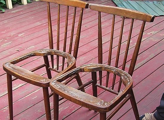 Ставимо обидва стільця поруч, притискаємо щільно один до іншого.