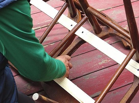 Приготовлені рейки маємо паралельно, з`єднавши обидва стільця, і закріплюємо за допомогою шурупів.
