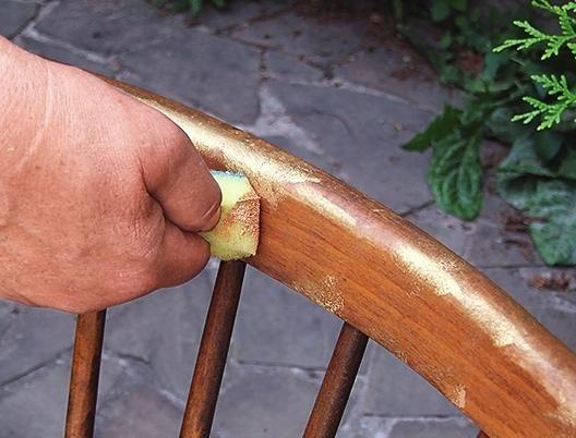 Наносимо золоту фарбу на губку і, злегка торкаючись до спинки і ніжок лави в різних місцях.