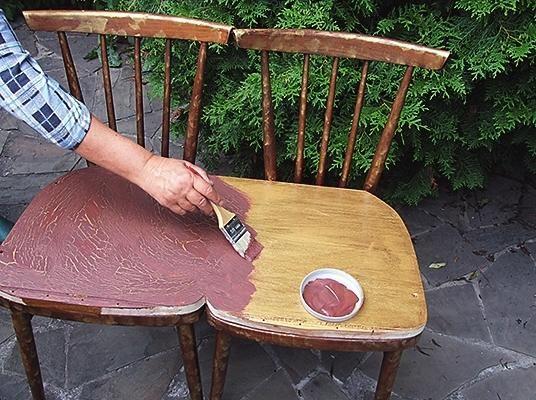 Швидко офарблюємо сидіння темно-коричневою фарбою.