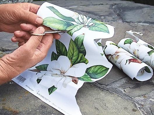 Вирізаємо з декупажной карти зображення великих квітів з листям