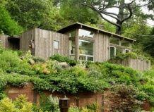 Садовий будиночок на схилі