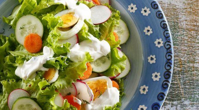Салат з молодих овочів і яєць