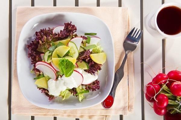 Салат з редису і молодої картоплі із зеленню і огірком