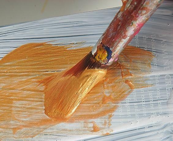 Покрийте фанерний коло акриловим грунтом і дочекайтеся, поки він висохне.